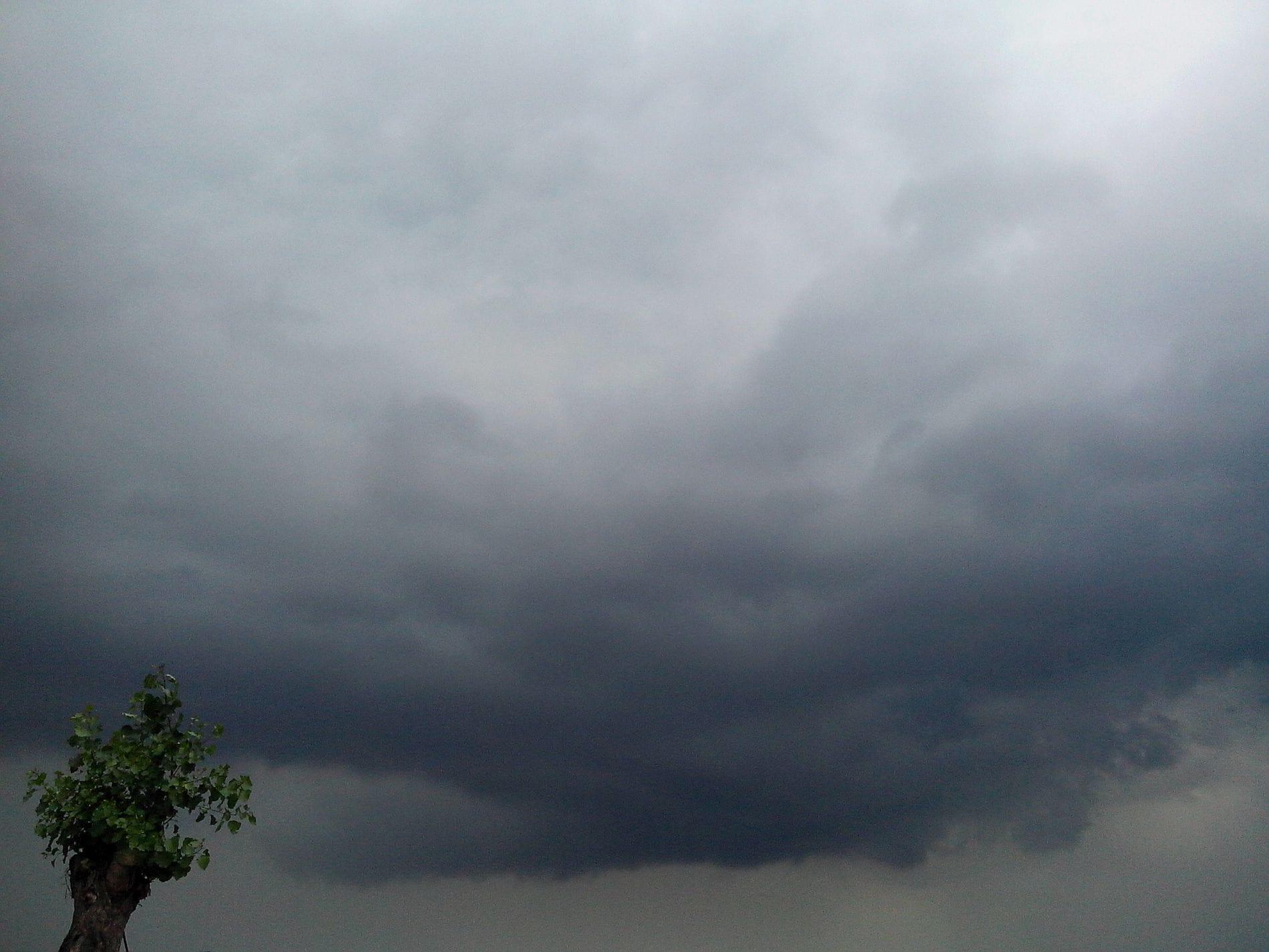 Dupa cateva zile calduroase avem si momente cu nori gri si furtuni.